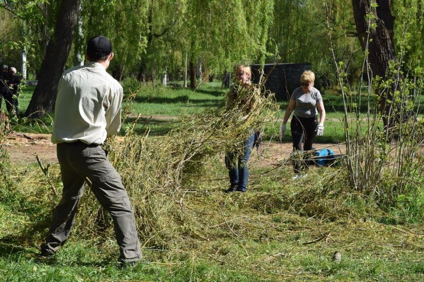 В Симферопольском парке имени Гагарина провели субботник и высадили деревья (ФОТО), фото-4