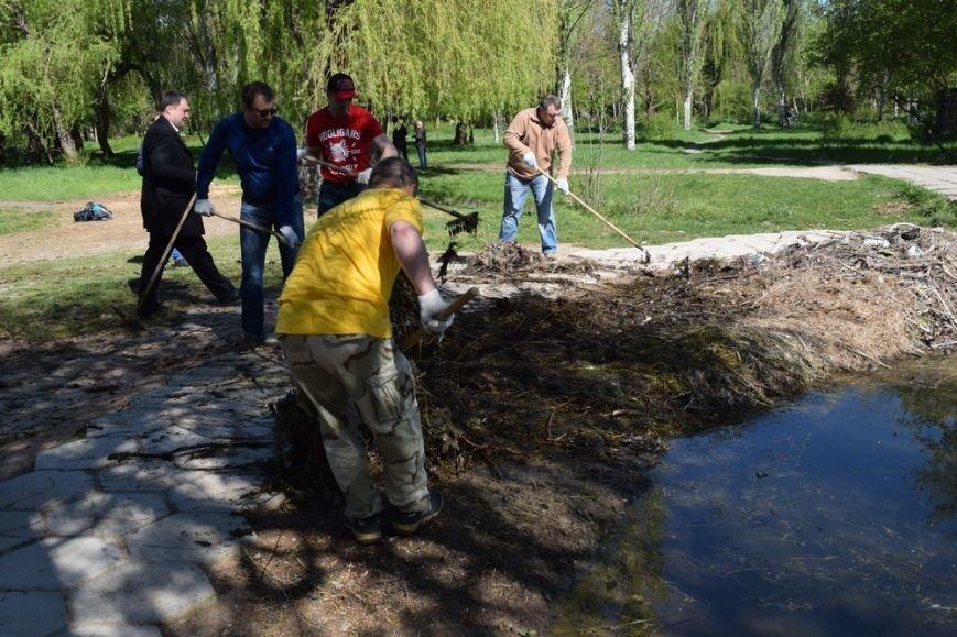 В Симферопольском парке имени Гагарина провели субботник и высадили деревья (ФОТО), фото-5