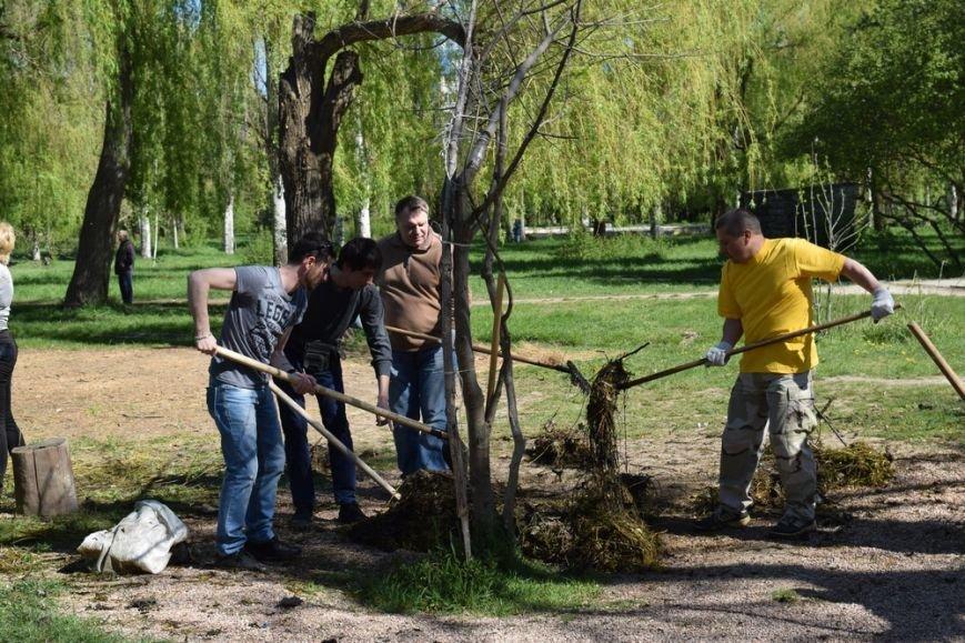 В Симферопольском парке имени Гагарина провели субботник и высадили деревья (ФОТО), фото-2