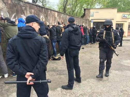 З'явилися фото з місця масової бійки фанатів у Львові (ФОТО), фото-2