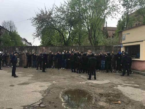 З'явилися фото з місця масової бійки фанатів у Львові (ФОТО), фото-1