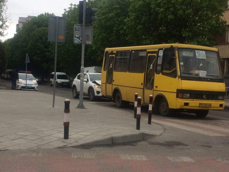 У Львові не розминулися маршрутка та іномарка: фото з місця ДТП, фото-1