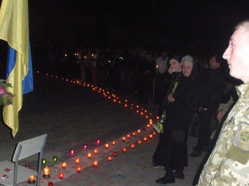 На Виноградівщині з запаленими свічками зустріли ескорт, що привіз тіло загиблого в АТО Віктора Афанасьєва: відео, фото-1