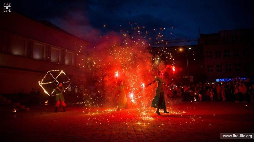 81 артист із вогнем: на фаєр-шоу в ужгородському амфітеатрі зафіксовано рекорд Закарпаття - фото, фото-8