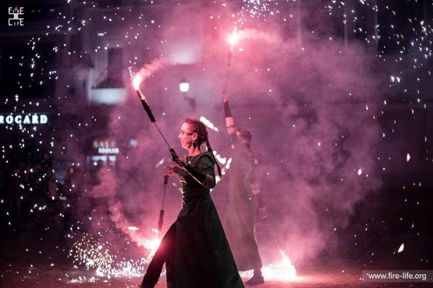 81 артист із вогнем: на фаєр-шоу в ужгородському амфітеатрі зафіксовано рекорд Закарпаття - фото, фото-7