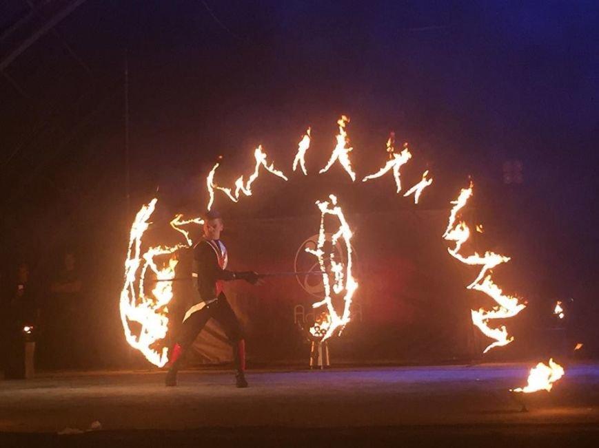 81 артист із вогнем: на фаєр-шоу в ужгородському амфітеатрі зафіксовано рекорд Закарпаття - фото, фото-2