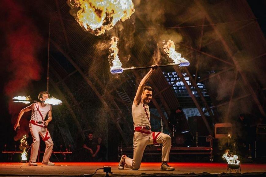 81 артист із вогнем: на фаєр-шоу в ужгородському амфітеатрі зафіксовано рекорд Закарпаття - фото, фото-1
