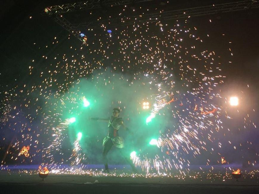 81 артист із вогнем: на фаєр-шоу в ужгородському амфітеатрі зафіксовано рекорд Закарпаття - фото, фото-3