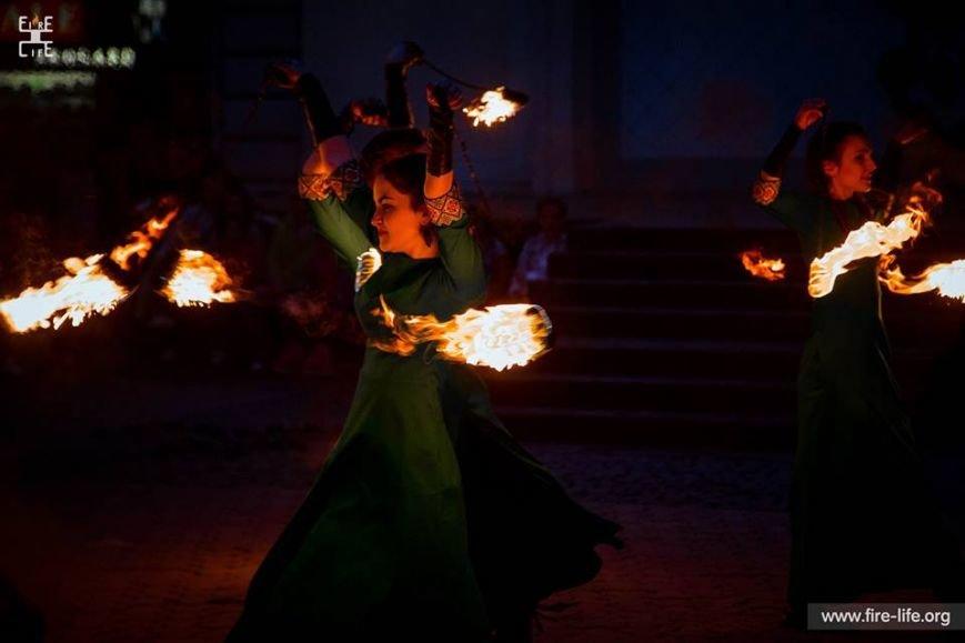 81 артист із вогнем: на фаєр-шоу в ужгородському амфітеатрі зафіксовано рекорд Закарпаття - фото, фото-9