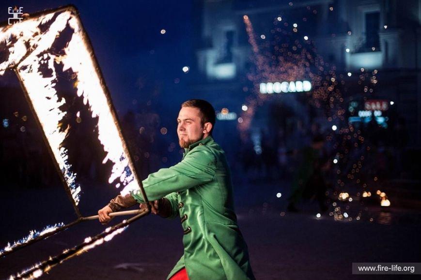 81 артист із вогнем: на фаєр-шоу в ужгородському амфітеатрі зафіксовано рекорд Закарпаття - фото, фото-6