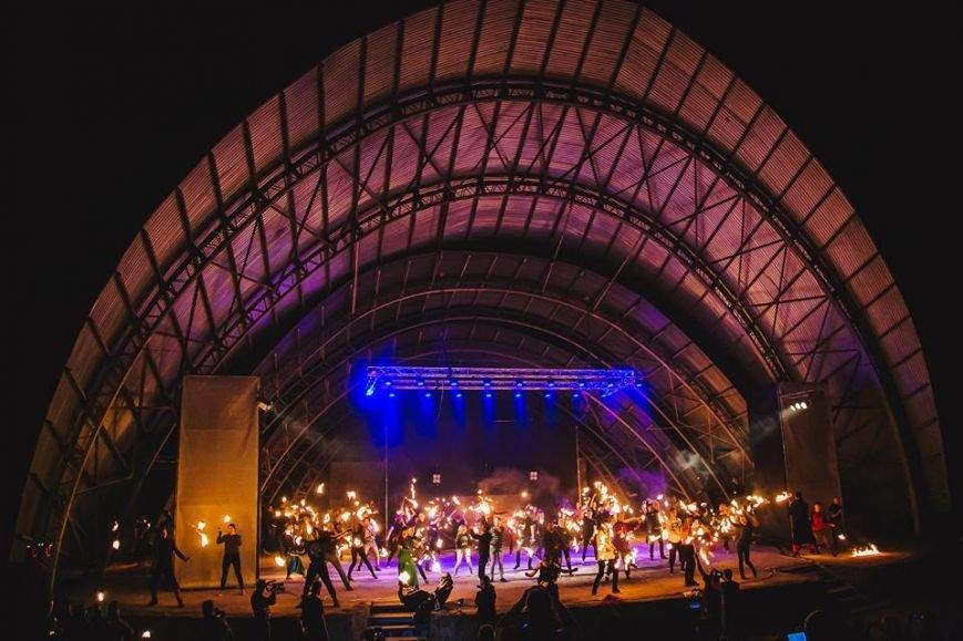 81 артист із вогнем: на фаєр-шоу в ужгородському амфітеатрі зафіксовано рекорд Закарпаття - фото, фото-10
