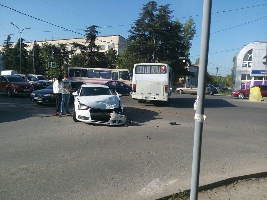 В Симферополе иномарка врезалась в маршрутку: есть пострадавшие (ФОТО), фото-1