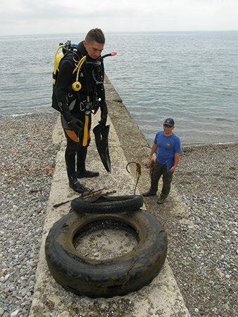 В Крыму пляжи очищают от ржавого железа и битого стекла (ФОТО), фото-6