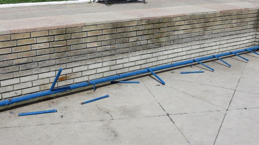 Вандалы изуродовали городской фонтан в Покровске, фото-4