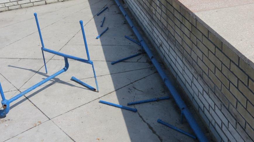 Вандалы изуродовали городской фонтан в Покровске, фото-2