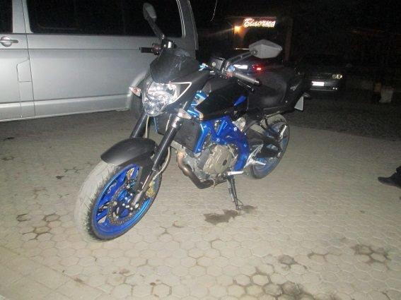 У Мукачеві водій спортивного мотоцикла на швидкості збив 42-річну жінку: фото, фото-2