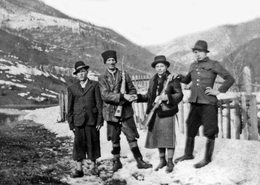 Мисливці зі своїми трофеями в Карпатах. Ретро-світлини кінця 19 сторіччя. ФОТО, фото-2