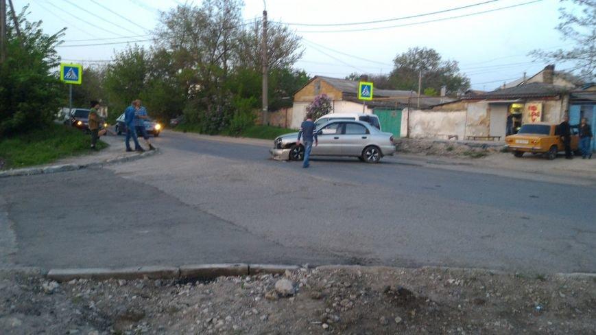 """В Симферополе в результате ДТП """"Мерседес"""" аккуратно выехал на тротуар (ФОТО), фото-1"""