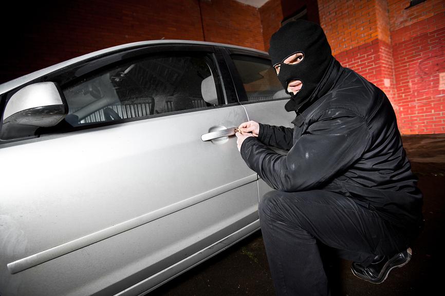 В Ногликах полицейские установили подозреваемого в совершении угона и кражи, фото-1