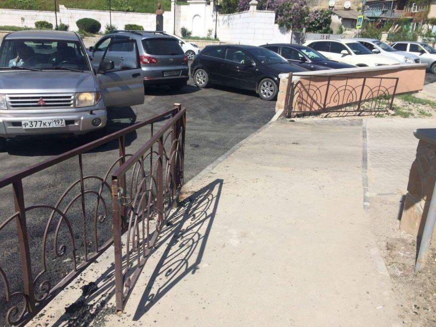 В Бахчисарае автомобилисты срезали замки с забора, ограждающего парк, чтобы устроить бесплатную парковку (ФОТОФАКТ), фото-1