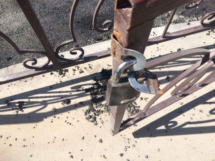 В Бахчисарае автомобилисты срезали замки с забора, ограждающего парк, чтобы устроить бесплатную парковку (ФОТОФАКТ), фото-4
