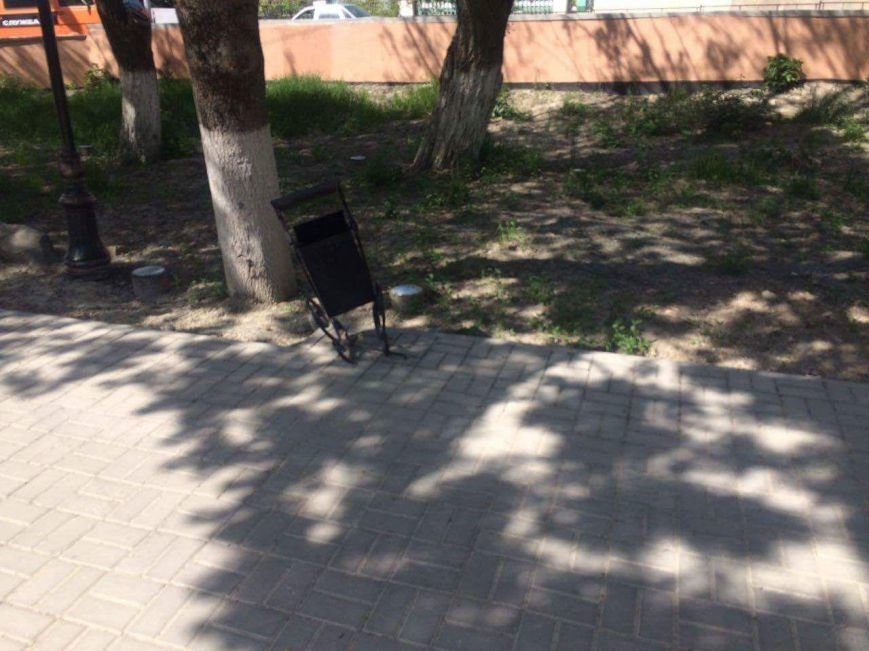 В Бахчисарае автомобилисты срезали замки с забора, ограждающего парк, чтобы устроить бесплатную парковку (ФОТОФАКТ), фото-2