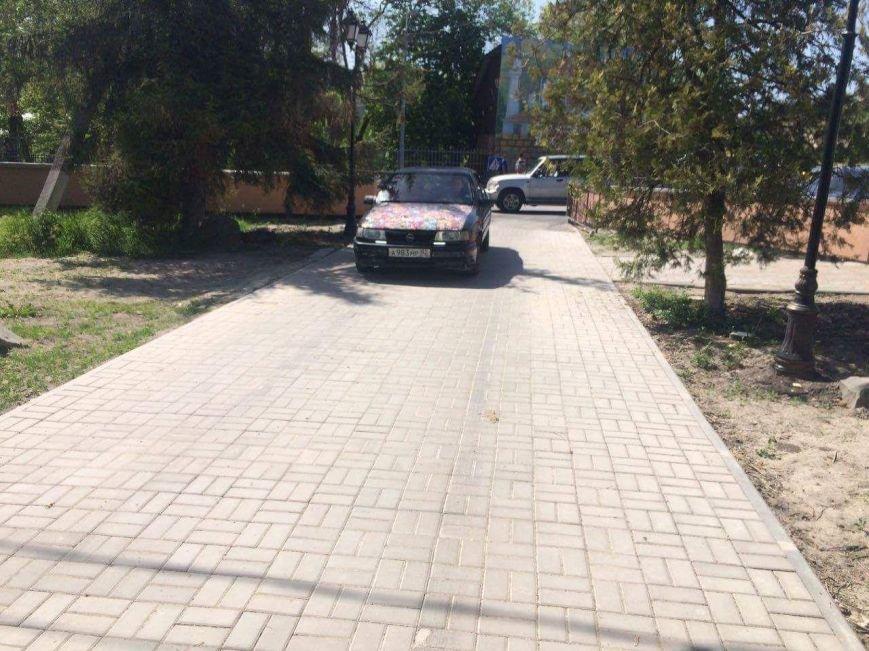 В Бахчисарае автомобилисты срезали замки с забора, ограждающего парк, чтобы устроить бесплатную парковку (ФОТОФАКТ), фото-3