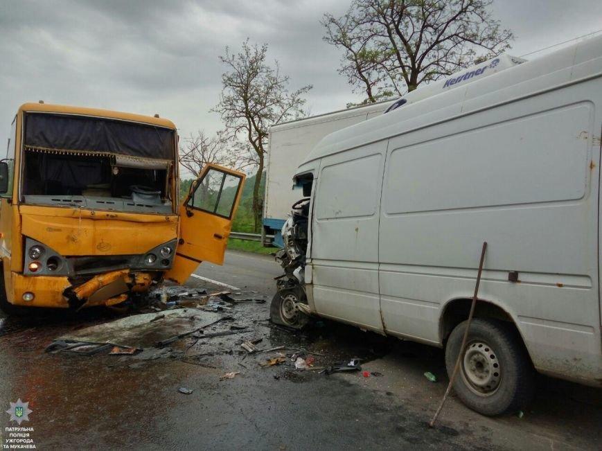 """Внаслідок жахливої аварії біля санаторію """"Карпати"""" травмовано троє людей, а одного з водіїв діставали рятувальники: фото, фото-1"""
