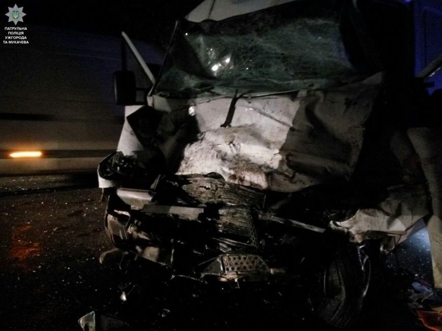 """Внаслідок жахливої аварії біля санаторію """"Карпати"""" травмовано троє людей, а одного з водіїв діставали рятувальники: фото, фото-5"""