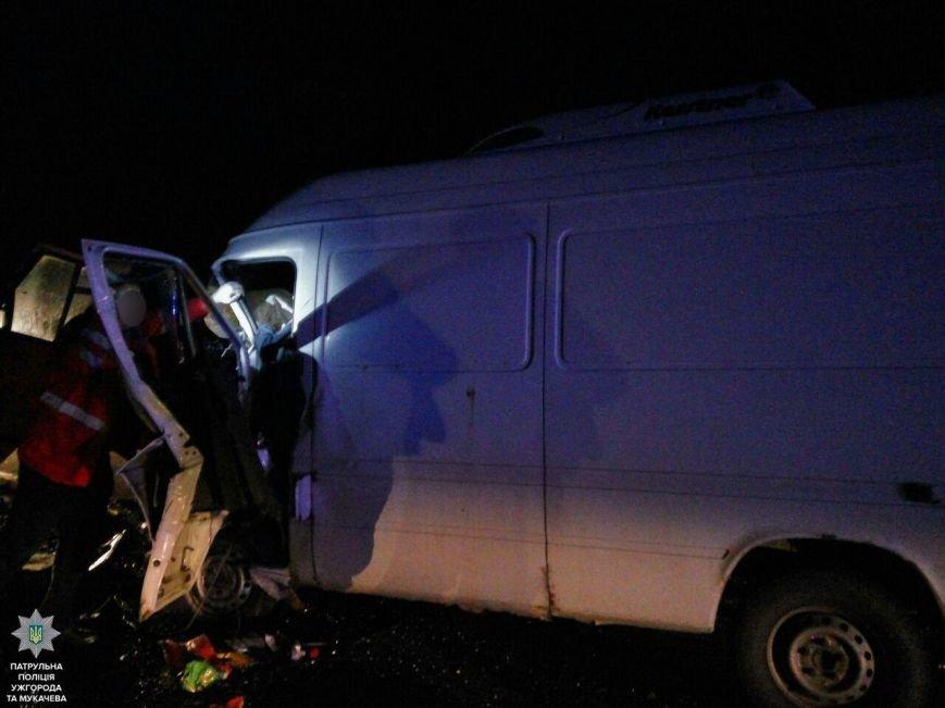 """Внаслідок жахливої аварії біля санаторію """"Карпати"""" травмовано троє людей, а одного з водіїв діставали рятувальники: фото, фото-4"""