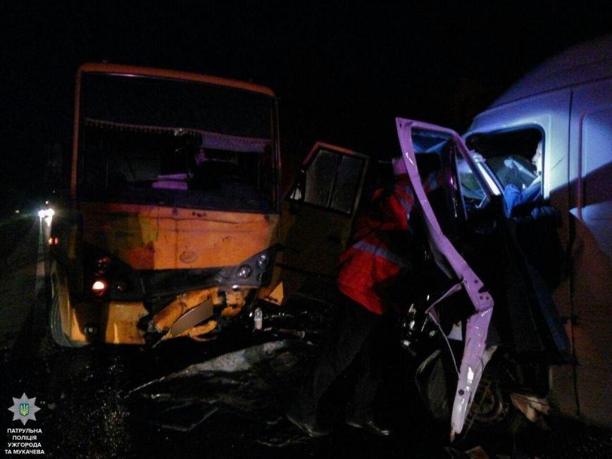 """Внаслідок жахливої аварії біля санаторію """"Карпати"""" травмовано троє людей, а одного з водіїв діставали рятувальники: фото, фото-6"""