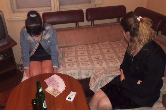 В Ужгороді у соцмережах продавали секс з двома дівчатами за 2500 гривень: фото, фото-1