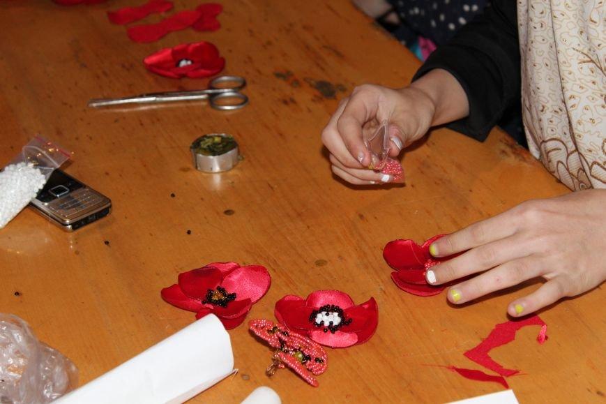 В каменском музее мастерили цветы ко Дню Победы, фото-12