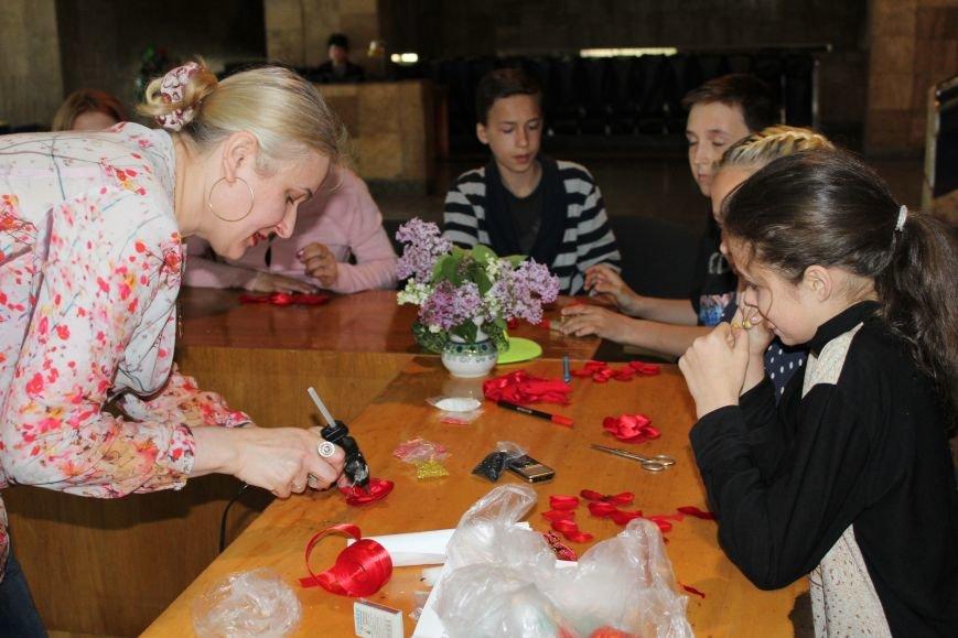 В каменском музее мастерили цветы ко Дню Победы, фото-8