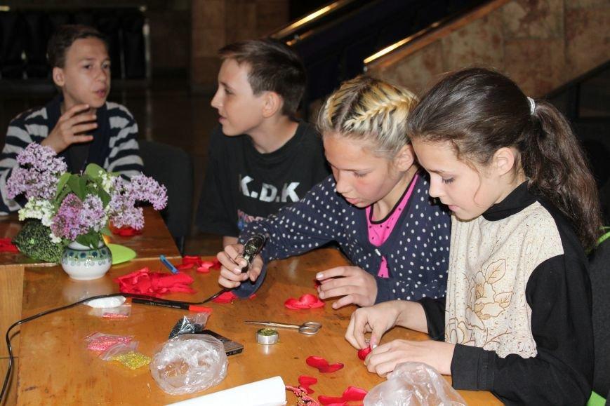 В каменском музее мастерили цветы ко Дню Победы, фото-11