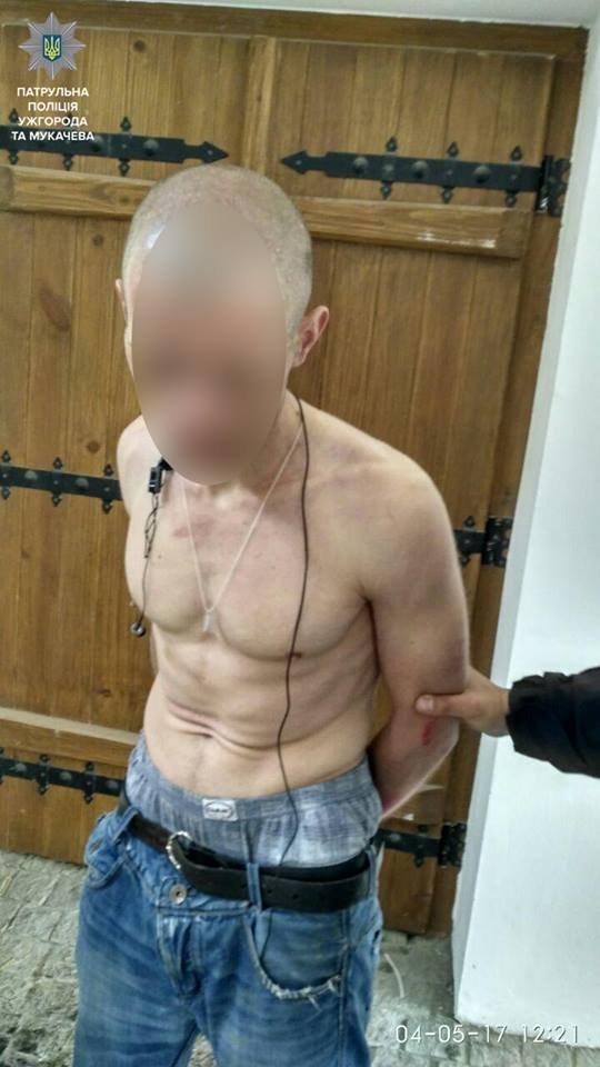В Ужгороді неадекватний чоловік з викруткою погрожував оточуючим: фото, фото-2