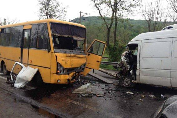 """У поліції розповіли подробиці жахливої ДТП біля санаторію """"Карпати"""" за участю автобуса та """"Мерседеса"""": фото, фото-3"""