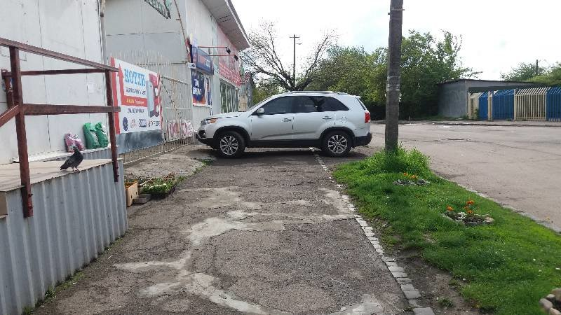 """В Ужгороді на Радванці """"олень"""" залишив свій джип на тротуарі перед магазином: фото, фото-1"""