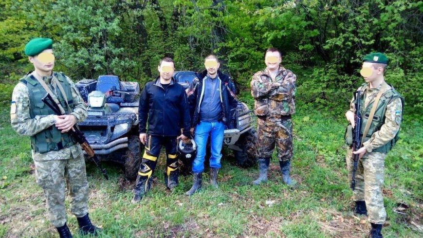 На Закарпатті поблизу кордону троє усміхнених молодиків на квадроциклах втікали від прикордонників: фото, фото-1