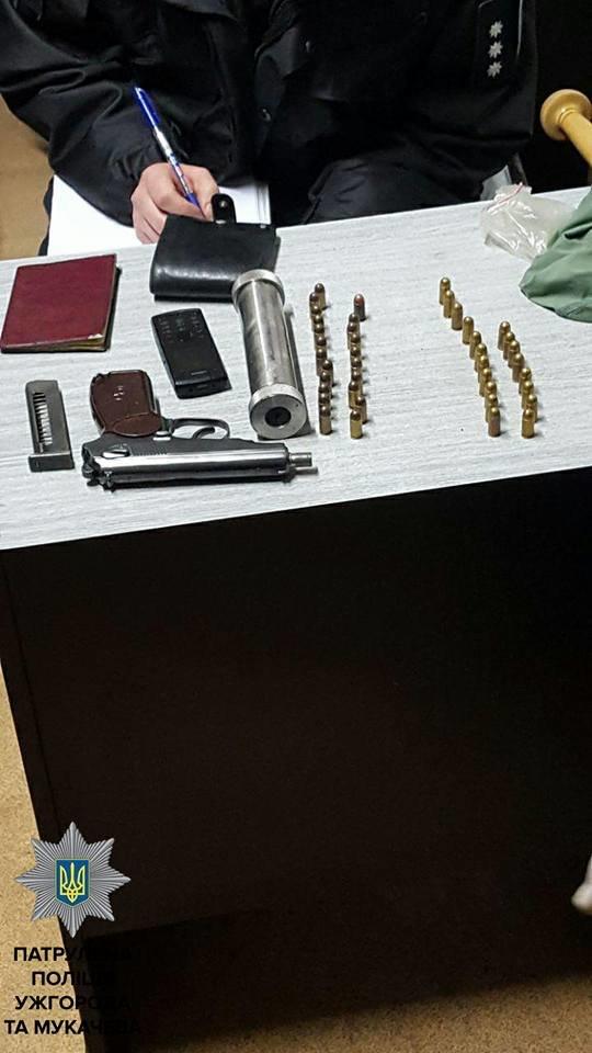 """На стаціонарному пості """"Нижні Ворота"""" патрульні затримали ужгородця з пістолетом, боєприпасами та балаклавою: фото, фото-3"""