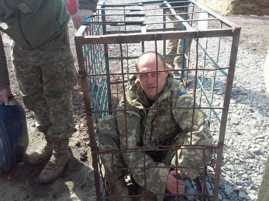 """Командование 54-й бригады обещает разобраться с """"заточением"""" бойца в клетку (ФОТО), фото-1"""