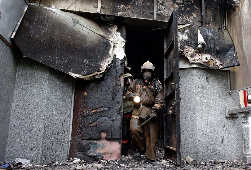 В Мариуполе под стенами сгоревшего ГУВД почтили память погибших правохранителей (ФОТО, ВИДЕО), фото-1