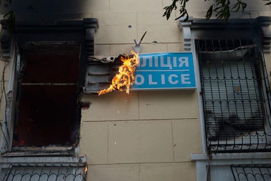 В Мариуполе под стенами сгоревшего ГУВД почтили память погибших правохранителей (ФОТО, ВИДЕО), фото-2
