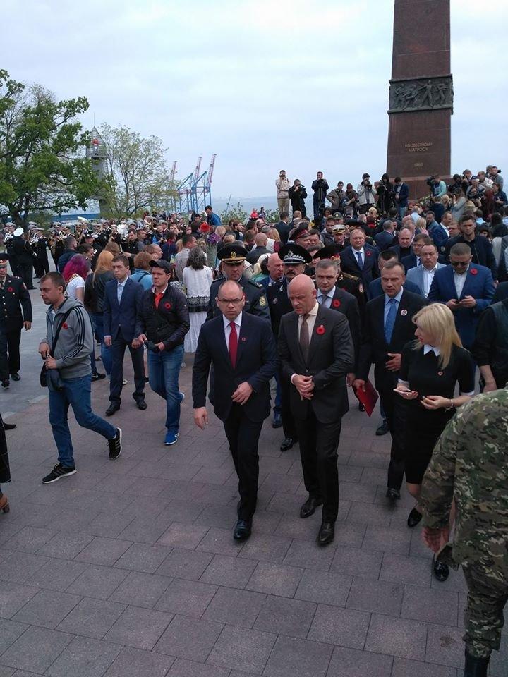 Мэр Одессы неожиданно сменил георгиевскую ленту на красный мак (ФОТО), фото-2
