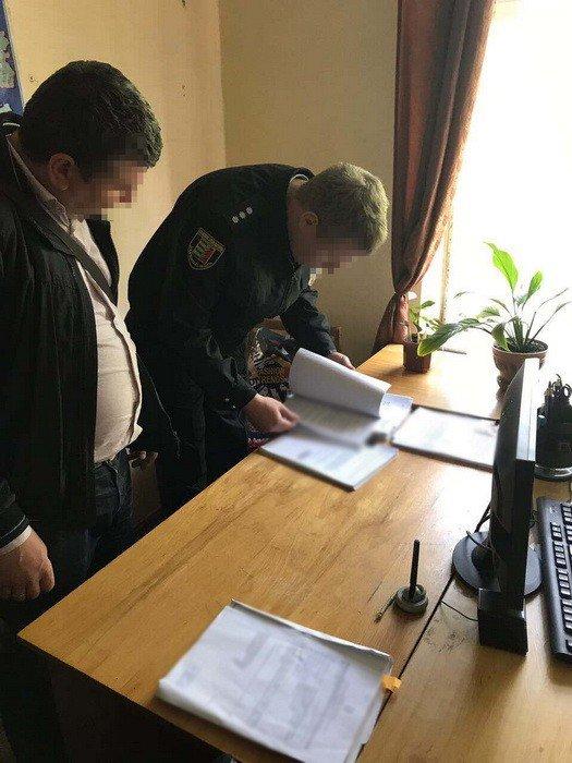 В СБУ оприлюднили фотографії затримання в Ужгороді слідчого поліції на хабарі у 300 доларів, фото-1