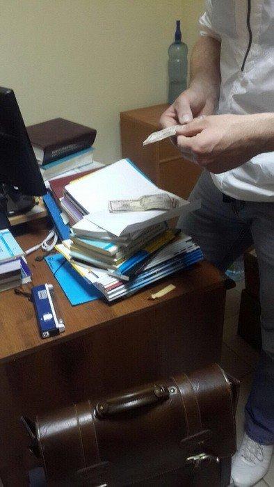 В СБУ оприлюднили фотографії затримання в Ужгороді слідчого поліції на хабарі у 300 доларів, фото-2