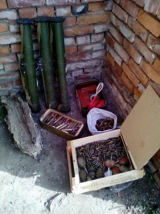 В Донецкой области нашли тайник с гранатами и взрывчаткой (ФОТО), фото-1