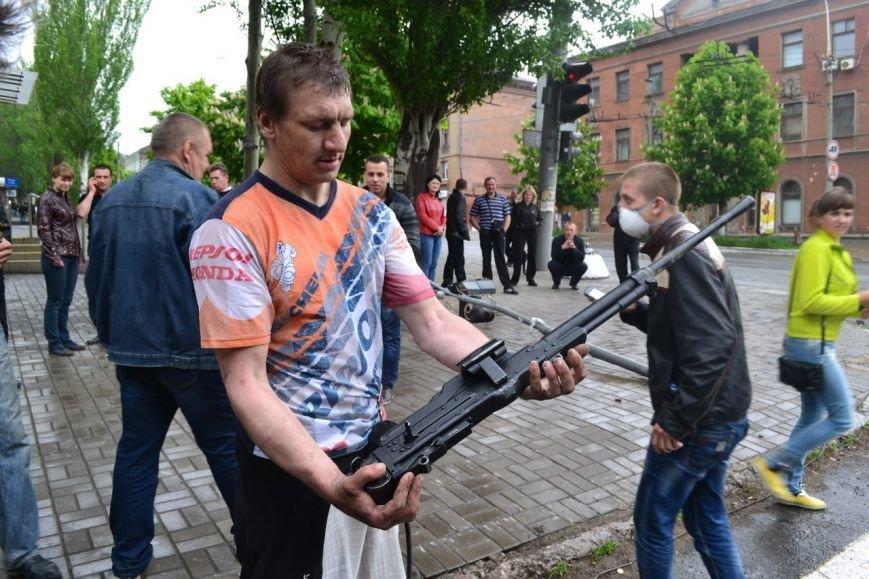 мирные мариупольцы с оружием
