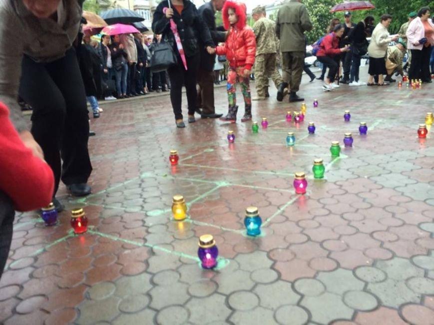 В Мариуполе в честь Дня памяти и примирения сложили композицию из 400 лампад (ФОТО, ВИДЕО), фото-4