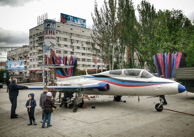 В центре Донецка боевики выставили реактивный самолет (ФОТО, ВИДЕО), фото-1